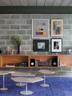 O tom das vigas é do Primer Cromato de Zinco Verde (Lukscolor). Sem acabamento, os módulos de compensado de 1 m de comprimento estão encaixados numa placa de madeira fxada na parede.