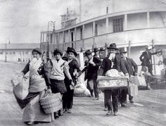 Arriving at Ellis Island Us History, American History, Old Pictures, Old Photos, Vintage Photographs, Vintage Photos, Ellis Island Immigrants, Society Problems, New York
