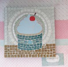 Quadro de Mosaico Cupcake Cinnamonroll. <br>Design exclusivo, feito pela mosaicista Tainah Neves. <br> <br>Mosaico feito à mão com Pastilhas de Vidro, Pastilha Cristal, Azulejo, Pastilha de Cerâmica, Pastilha de Vidro Reciclado, Pastilha Especial Importada, Pastilha Glitter, Pastilha Murano, Cubos de Vidro Importados, Miçangas <br>. <br> <br>Compre o conjunto dos quadros Cupcake Cinnamonroll e Cupcke My Melody, da última foto, com um super desconto…