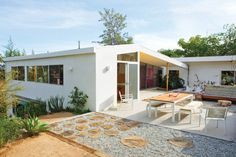 16-Exceptional-Mid-Century-Modern-Patio-Designs-For-Your-Outdoor-Spaces-1-630x420.jpg