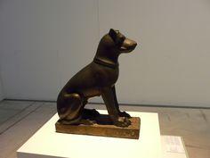 Statue de chien.
