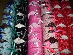 PROMOÇÃOA PARTIR DE 50 UNIDADES R$2,50 CADA.   Mini pão de mel em caixnha poá nas cores preto com bolinhas brancas, azul com marrom, rosa com marrom, vermelho com branco e pink com rosa.  Encomenda feita pela cliente Solange para lembrancinha de aniversário, bem colorida com o tema carnaval.   Os mini pães de mel são recehados com doce de delite e confeitados com chocolate branco ou se preferir confeitos coloridos, acondicionados em forminhas brancas de doces com tapetinho de celofane…