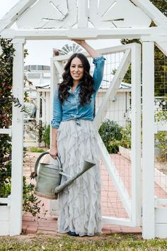 Joanna Gaines, as seen on HGTV's Fixer Upper, not only has a good sense of style in decor but also in clothing. Here is a guide to Joanna Gaines wardrobe. Estilo Joanna Gaines, Chip Und Joanna Gaines, Magnolia Joanna Gaines, Joanna Gaines Style, Joanna Gaines House, Fixer Upper Joanna, Gaines Fixer Upper, Magnolia Fixer Upper, Magnolia Farms