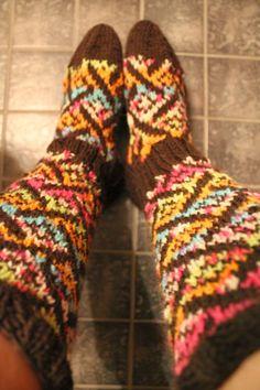 Siksakaten: Villitys-kirjoneulesukat Knitting Socks, Knits, Ankle, Knit Socks, Wall Plug, Sock Knitting, Knit Stitches, Knitwear, Crochet