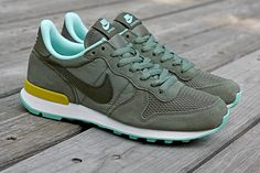 NIKE WMNS INTERNATIONALIST (IRON GREEN/CARGO KHAKI) - Sneaker Freaker