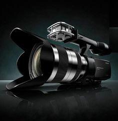 """Sony vg 20 - videocamera ibrida e unica nel suo genere viene oggi aggiornata con il sensore Exmor HD da 16 megapixel e con nuove funzionalità come la compatibilità con il formato AVC-HD 2.0 che permette la ripresa progressiva a 25p e 50p.  Lo schermo è un LCD TruBlack da 3"""" affiancato da un mirino oculare.   L'ottica in dotazione è un 11x stabilizzato, ma la NEX-VG10 è compatibile con tutti gli obiettivi delle fotocamere reflex Alpha grazie al nuovo adattatore LA-EA2. Goduria per i…"""