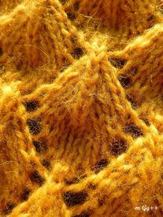 un beau châle en relief au tricot , c'est un nuage de douceur et de confort avec ce châle que j'aime beaucoup