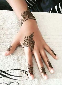 Get Simple Henna Mehndi Designs Pictures with Step by Step. We Have Added Beautiful and Simple Mehndi Designs Images and Photos of All Types of Mehndi. Rose Mehndi Designs, Finger Henna Designs, Henna Art Designs, Mehndi Designs For Beginners, Stylish Mehndi Designs, Mehndi Designs For Fingers, Beautiful Henna Designs, Latest Mehndi Designs, Tattoo Designs For Girls