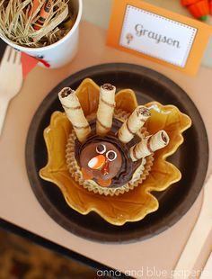 how adorable is this Thanksgiving turkey dessert!