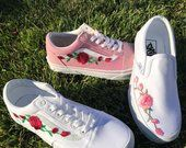 Rose Knospen weiß/Blk Low-oben Unisex Custom Rose bestickt Patch Vans Old-Skool Sneakers Cute Shoes, On Shoes, Me Too Shoes, Black Shoes, Custom Slip On Vans, Custom Vans Shoes, Vans Old Skool, Home Design, Embroidered Vans