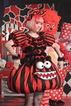 きゃりーぱみゅぱみゅ:ハロウィーンドレスでゾンビ風ダンス