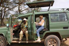 Viajera Insolit durante la ruta en el norte de Tanzania, con nuestro guía