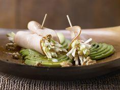 Gefüllte Putenröllchen - mit Sellerie-Apfel-Salat auf Avocado - smarter - Kalorien: 478 Kcal - Zeit: 20 Min. | eatsmarter.de