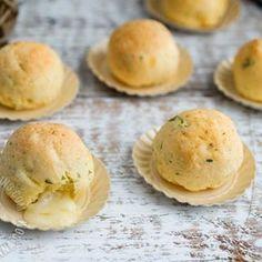 Receta Bolitas de Yuca Horneadas Rellenas de Queso: una gran opción para enamorar a tus invitados con la combinación de suave yuca y queso derretido.