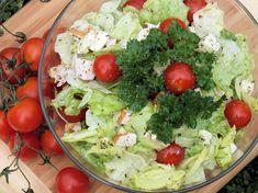 Sałatka z sałaty lodowej, wędzonego kurczaka i sera mozzarella - zdjęcie 3 Mozzarella, Cobb Salad, Food, Essen, Meals, Yemek, Eten