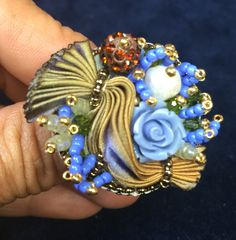 Questa parure composta da collana orecchini e anello è realizzata a #BeadEmbroideri.  Il materiale che ho usato sono perle di fiume, il cabochon è di #CabochonMania, la seta è #Shibori, le roselline sono in resina, la conteria è #Miyuki, i biconi sono #Swarovski