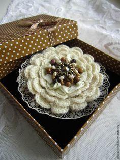 Купить Брошь Сливочно-ореховое пирожное - брошь, брошь цветок, брошь в форме цветка