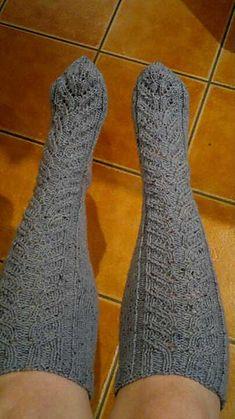Naisen neulotut polvisukat pattern by Minna Metsänen