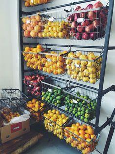 Juice Bar Interior, Cafe Interior, Fruit And Veg Shop, Juice Bar Design, Farmers Market Display, Vegetable Shop, Supermarket Design, Farm Shop, Fruit Displays