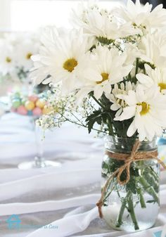 Wedding centerpieces-daisies.. Again,have to be at my wedding! Pinterest wants me to get married. Lol. (;