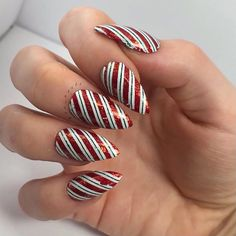 "Holly | She/Her en Instagram: ""Candy Cane ❤️ 💚 • • • Today I just threw together this simple candy cane mani! I absolutely love candy canes and it makes for a quick and…"""