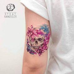 En este articulo podras disfrutar de varios diseños de Tatuajes con Calaveras o Cráneos con mucho color o combinados con algunos otros objetos como rosas