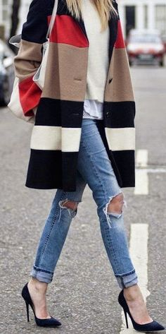 Street style boyfriend jeans and color block coat. Never been a fan of ripped jeans but, the coat is fab. Looks Street Style, Looks Style, Fall Winter Outfits, Autumn Winter Fashion, Autumn Style, Look Fashion, Street Fashion, Fashion Coat, Jeans Fashion