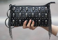 This Skull clutch is outrageous! Estilo Rock, Mantel Beige, Studded Clutch, Toms Shoes Outlet, Signature Look, Mk Bags, Purses And Bags, Studs, Clutches