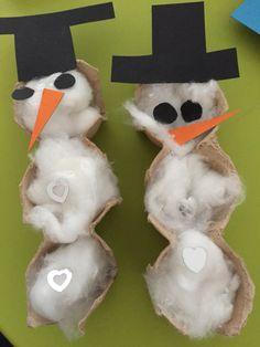 Sneeuwpoppen van eierdoos.