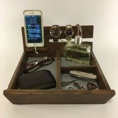Wood Valet Dresser Caddy Wooden Valet Watch and Phone Pino Oregon, Wood Projects, Woodworking Projects, Mens Valet, Pine Boards, Tactical Holster, Scrapbook, Organization, Design