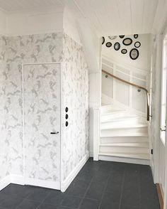 """Jag var bara tvungen att lunchdejta min """"nya"""" hall en snabbis 😍👌🏻. I just had to have a quick lunch date with my """"new entrance 😍👌🏻. Klicka på bilden för mer info. ___________________________________ #ecowallpaper #emmavonbromssen #coloramaherrljunga #inspiration #interior #oldhouse #gammalthus #sweden #tradgardsgatan6 #trädgårdsgatan6"""