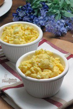 Sabe aquele ovo mexido amarelinho e cremoso que costumamos ver em cafés da manhã de hotéis ou então nos filmes americanos servidos em lanchonetes de estrada? Então, é esse! Sempre que tenho creme d…