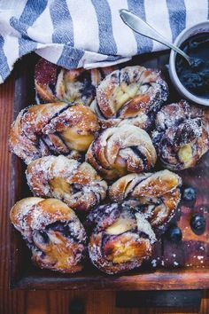 Lightly baked blueberry buns with vanilla cream - Backen - Brunch Recipes, Sweet Recipes, Breakfast Recipes, Dessert Recipes, Delicious Desserts, Yummy Food, Blueberry Recipes, Sweet Bread, Food Inspiration