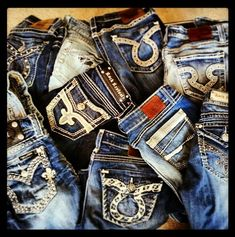Buckle jeans❤ Gimme the rock revivals! Jean Outfits, Cool Outfits, Fashion Outfits, Country Outfits, Country Girls, Bling Jeans, Buckle Jeans, Rock Revival Jeans, Cute Jeans