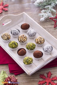 Serviti con coperture differenti, i tartufi di cioccolato sono perfetti da presentare come elegante regalo di #Natale! #ricetta #GialloZafferano #Christmas http://speciali.giallozafferano.it/regali-da-mangiare