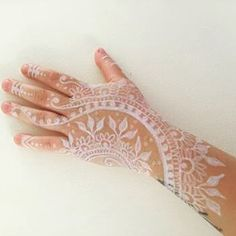 Love this creative Henna art by Sarah Cummings from the previous #YLooks Pristine Liner challenge! Check out our previous post to see the current #YLooks challenge!