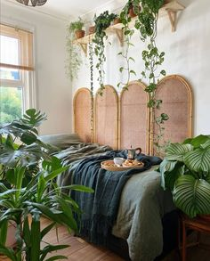 8 wooden decorative objects for a trendy and natural bedroom - HomeCNB Green Rooms, Bedroom Green, Room Ideas Bedroom, Dream Bedroom, Diy Bedroom Decor, Decor Room, Bedroom Themes, Wall Decor, Earthy Bedroom
