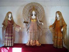 Vestuarios de Teatro Medieval - ''Estos vestuarios son de influencias antiguas, más precisamente de las culturas clásicas griega y romana.  Las líneas, de corte recto, vertical y entubado estrechamente contrastan con los ornamentos del cabello de las actrices secundarias y del arco y la corona de la actriz principal''