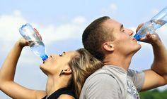 Terlebih Minum Air Boleh Mati Berapa Banyak Yang Perlu Kita Minum?   Tahukah anda secara purata badan manusia mengandungi 65 peratus air dan ia berperanan menjadi penstabilan suhu badan dan ia akan dikumuhkan melalui peluh ketika membuang najis dan juga ketika bernafas.  BACA: Menteri: Air Mineral Lagi Mahal Dari Minyak Masak  Dalam masa yang sama sering kali kita mendengar orang selalu berpesan untuk memperbanyakkan meminum air tetapi adakah kita pasti berapakah jumlah air yang diperlukan…