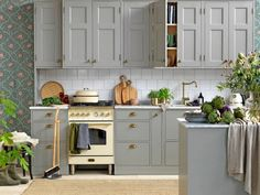 rural kitchen with painted kitchen cabinets and floral wallpaper Kitchen Cabinet Colors, Painting Kitchen Cabinets, Kitchen Decor, Interior Design Living Room, Interior Decorating, Interior Design Inspiration, Vintage Kitchen, Home Kitchens, Sweet Home