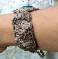 Fuente: https://www.etsy.com/listing/167037786/custom-cuff-bracelet-crochet-mandala?ref=shop_home_active
