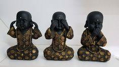 Trio de Buda em gesso, pintado em preto com roupa e detalhes em dourado! Excelente opção de decoração Altura de cada peça de 24cm