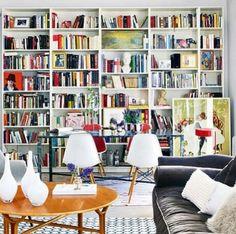 Biblioteca perfecta. Luz. Blanco. Sofa. Libros y libros... me encanta.... #alegria
