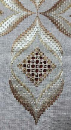 Resultado de imagem para bordado hardanger toalha banho Couture Invisible, Embroidery Letters, Hardanger Embroidery, Ribbon Embroidery, Embroidery Designs, Cross Stitch Embroidery, Bargello Patterns, Bargello Needlepoint, Needlepoint Stitches