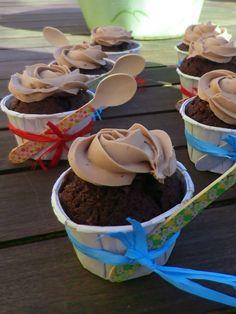 Mis cucharitas de madera decoradas acompañando cápsulas con minicupcakes.. pedidos: ettura@yahoo.es