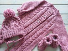 А вот и весь комплект! Уже отправился к своей маленькой хозяйке. #вязаныйкомбинезон#длямалышки#готовимсякосени#вязаниедлямалышей#ручнаяработаякутск#якутск#вяжувякутске#knittinglove#knitting#strikk#yakutsk#bestknitforbaby