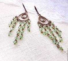Купить Серьги Зелёный хрусталь длинные, бронзовые, с подвесками - зеленый, бледно-зеленый, бронзовый