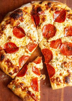 This Homemade Pepperoni Pizza has everything you wanta great crust gooey cheese and tons of pepperoni. The secret to great pepperoni flavor Hide extra under the cheese Who needs delivery Pizza Rapida, Homemade Pepperoni Pizza Recipe, Best Homemade Pizza, Plats Healthy, Healthy Chef, Extra Recipe, Leftover Pizza, Meal Prep Plans, Eat Pizza