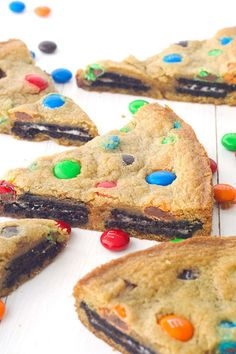 This Oreo Stuffed M&M Cookie Cake is the ultimate dessert. It has Oreo cookies and M&M's baked into a giant cookie cake. Dessert fans will love this! M M Cookies, Vanilla Cookies, Yummy Cookies, Just Desserts, Delicious Desserts, Yummy Food, Oreo Desserts, Fun Food, Healthy Desserts