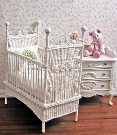 miniature hand-woven wicker baby crib and changing table - clever Miniature Dollhouse Furniture, Miniature Dolls, Dollhouse Miniatures, Miniature Houses, Barbie Furniture, Wicker Furniture, Furniture Ideas, White Wicker, Baby Cribs